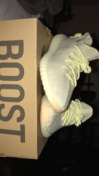 Yeezy 350 V2 Butters never worn (ds). size 10.5 MONTREAL
