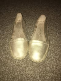 Preowned gold flats excellent condition Barrington, 08007