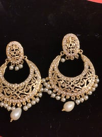 Pair of beautiful gold and pearl earrings Herndon, 20170