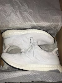 pair of white adidas Yeezy Boost 350 shoes with box 3749 km