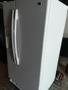 #1721 white Amana 21 cubic foot refrigerator