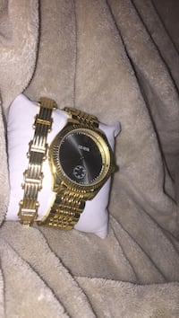 Round gold analog watch with gold link bracelet Porterville, 93257