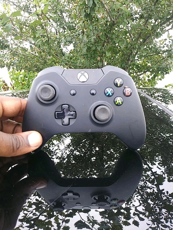 black Xbox One wireless controller
