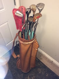 Golf clubs with collapsible caddy