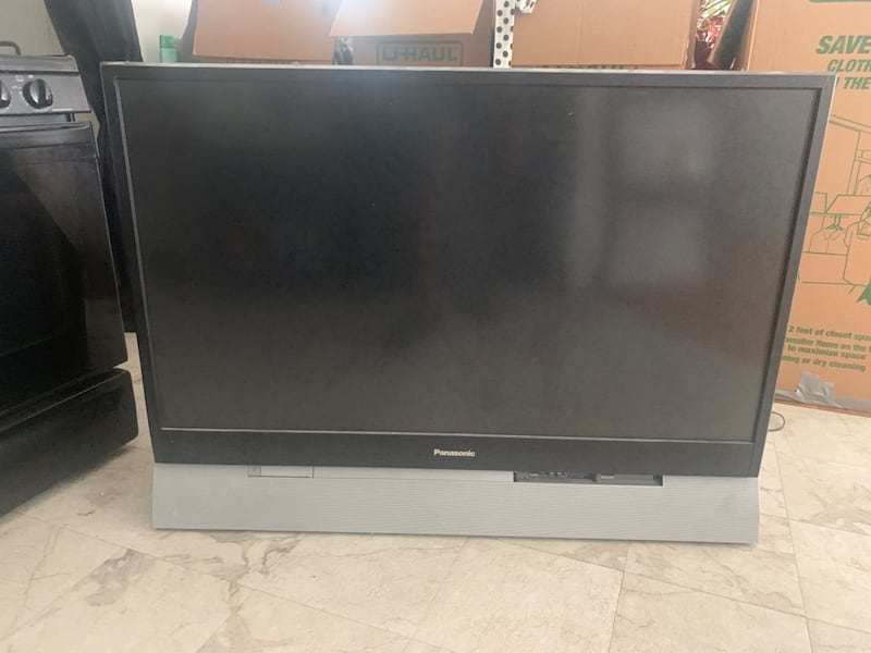 "50"" flat screen fat back Tv a38eca32-6f09-40bb-9666-feaf3e8abd63"