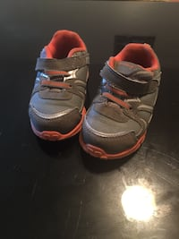 pair of gray-and-red Nike running shoes Lynnwood, 98037