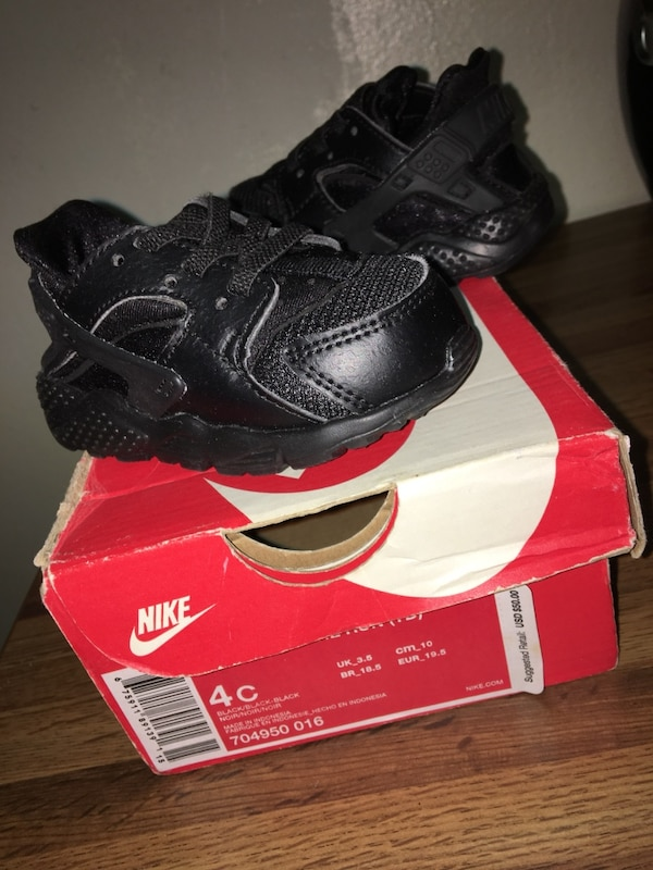 another chance 3766b 9e239 Pair of black nike huarache shoes with box