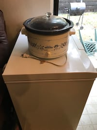 Waite and blue crockpot big in size works perfect