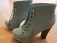 par grå suede blonder-up chunky heeled booties