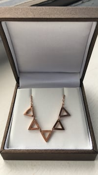 (NEW)Rose Gold Triangle Pendant Necklace Manassas, 20109