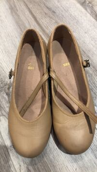 pair of brown leather flats Coquitlam, V3C 2G4