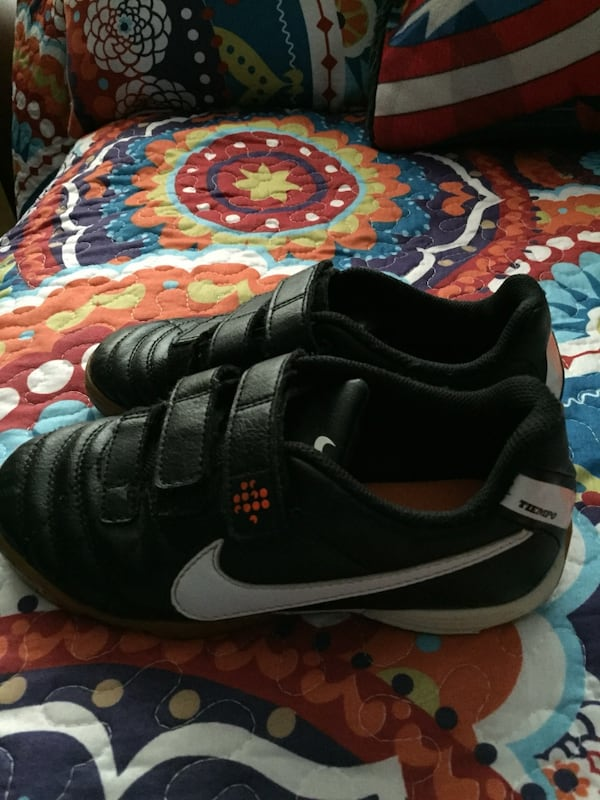 pair of black Nike low-top sneakers 9723bdcc-6841-476d-a8a7-3e6605facabe