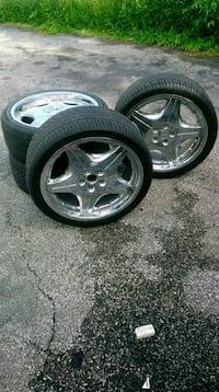 chrome 5-spoke car wheel with tire set Warrensville Heights, 44128
