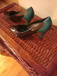 pair of green leather pointed-toe pumps Montréal, H4E 1T3
