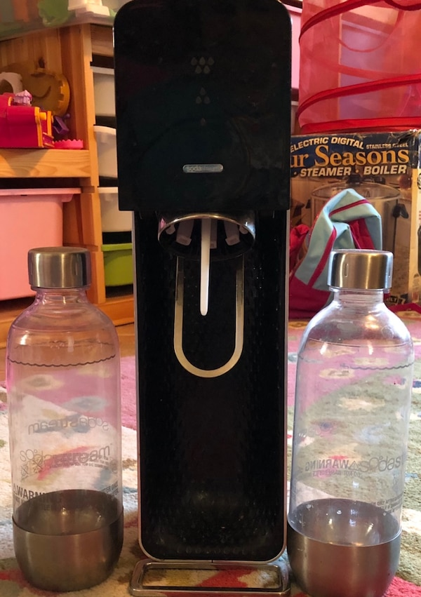 Sodastream machine w/ 2 bottles and cylinder