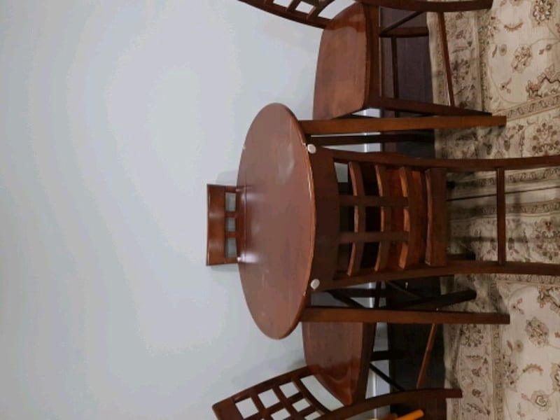 table and 4 chairs 08c79b88-2198-4b6e-9c1c-a7ba247a38a1