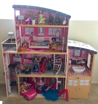 Barbie House with accessories and 18 dolls! Los Angeles, 90731