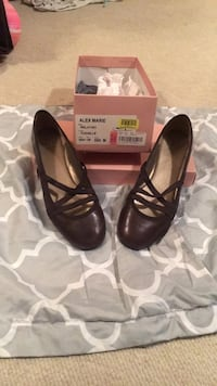 pair of brown leather heeled shoes with box Statesboro, 30458