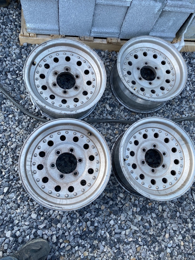 Photo 1995 chevy k 1500 rims and lugnuts 16