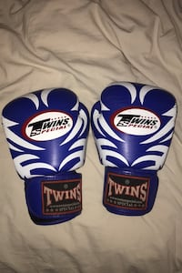 12oz Twins boxing gloves Toronto, M6K 2Z5