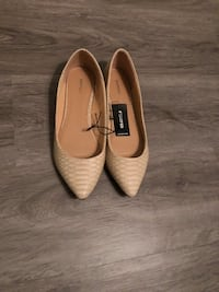 pair of beige pointed-toe flats null