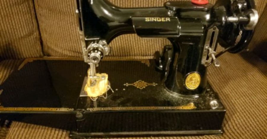 Vintage Singer sewing machine. With accessories and case 86d6eef6-a532-4bea-818b-dc555403b8de