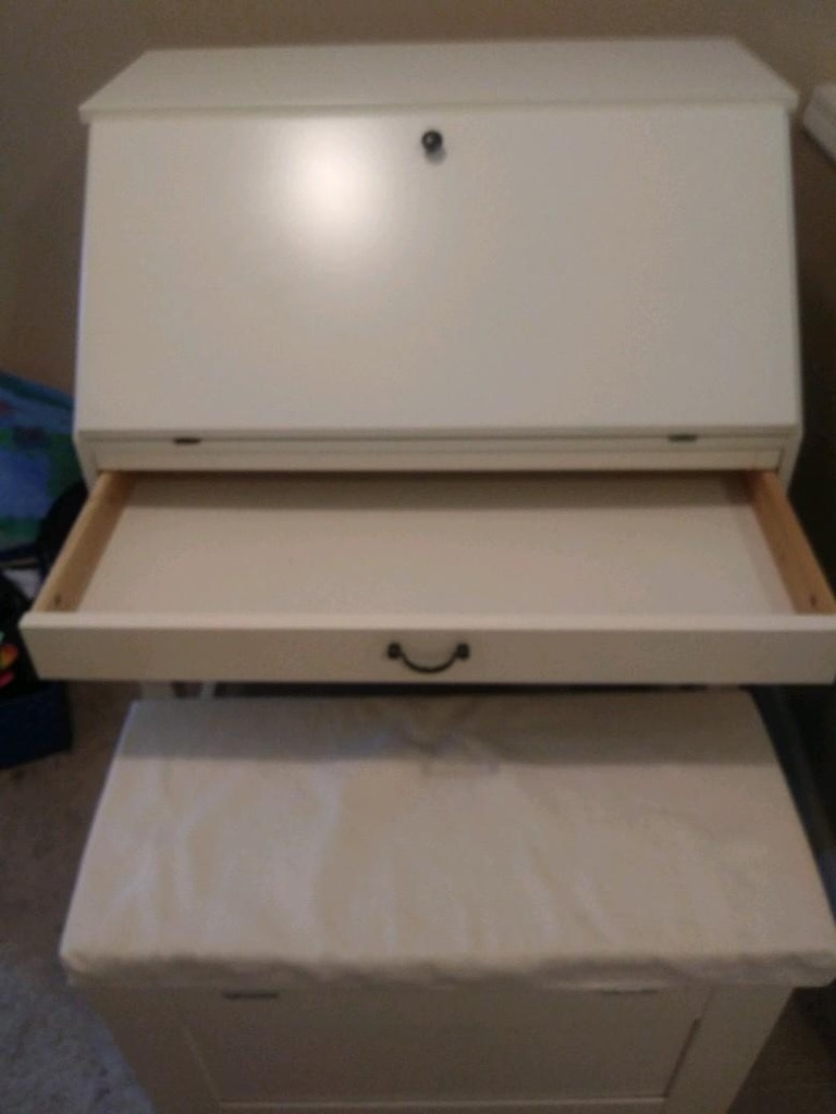 Photo White desk with drawer and door
