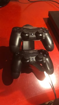 2 Ps4 Controllers + Charging station Vaughan, L4H 1N1
