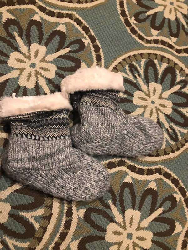 Slippers warm comfy Sz 9-10 485bf218-65a4-4979-aa6e-87d0ce46bb04