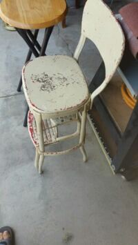 white and brown wooden chair Des Moines, 50311