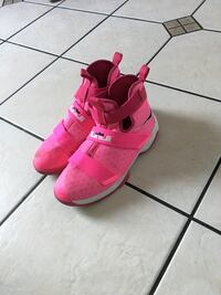 Nike LeBron Soldier 10 limited edition breast cancer  Nanaimo, V9R 6Y2