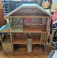 Beautiful large dollhouse in very good condition