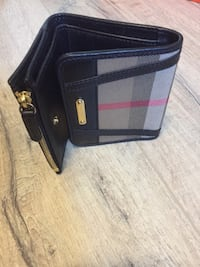 Women Burberry wallet - small size - Retail price $630  Pickering, L1X 2R6