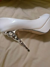 unpaired white leather pointed-toe heeled shoe San Antonio, 78214