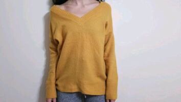 Yellow V-neck pullover XS