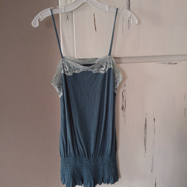 GUESS? vintage style tank w/lace detail. (size S) Windsor
