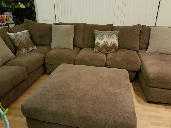 Fabulous Hhgregg Corinthian Wynn Sectional And Ottoman Evergreenethics Interior Chair Design Evergreenethicsorg