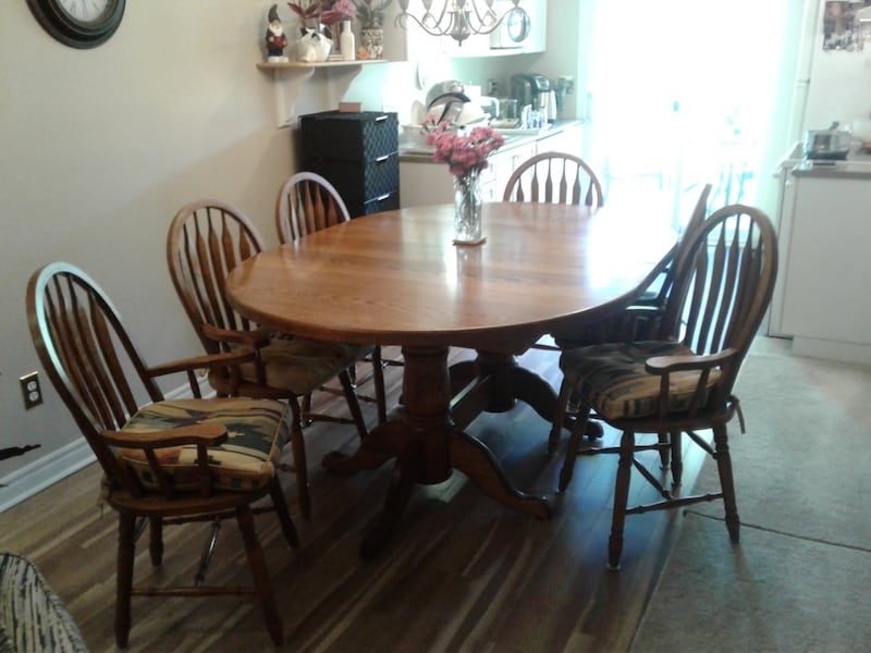 Solid oak table set. It has 8 chairs and 2 leafs with it.  330faec4-c719-49fd-ba4d-f5cf998a8ad6