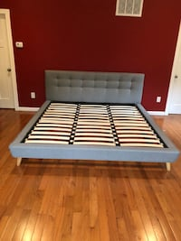 Very sturdy & chic king size bedframe, barely used Arlington, 22205