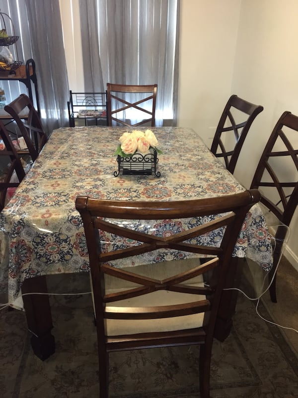 Dinning Room Table with 6 chair in good condition 54fee202-6861-42d4-af1c-16b60fca9fcb
