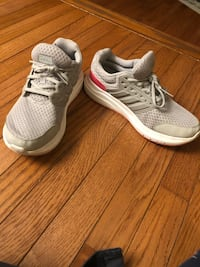 Size 8 adidas sneakers Centreville, 20120