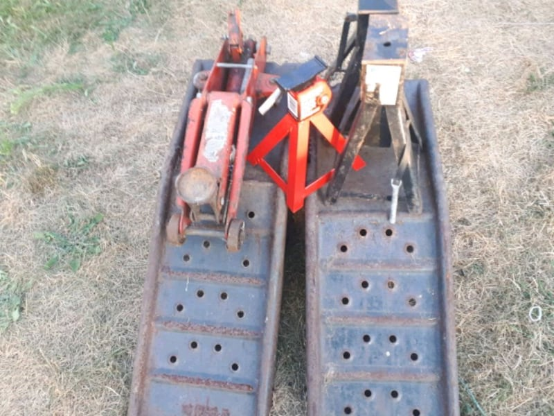 Three axle jacks 2 ton jack and 2 automobile ramps 227995a4-f256-46f1-a94d-899906a05121