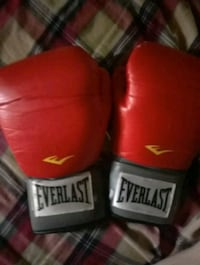pair of red Everlast boxing gloves Jacksonville, 72076