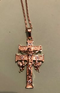 collar colgante Crucifix de color plateado Barcelona