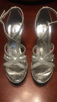 Pair of gray fioni patent leather open-toe pumps Bakersfield, 93301