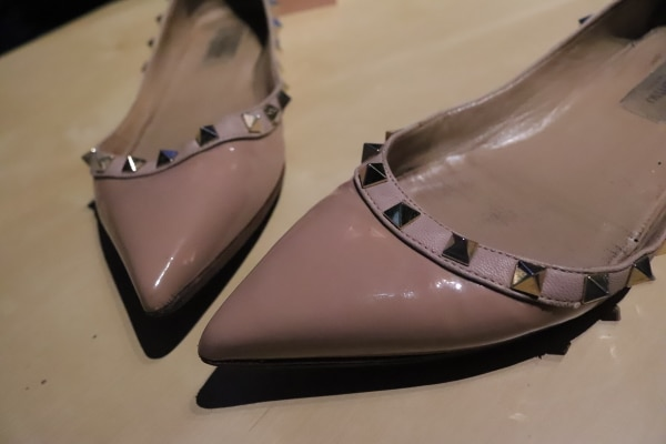 pair of white leather flats 7bf9c00d-b37d-4ccf-97cb-e6fbb8a01f6c