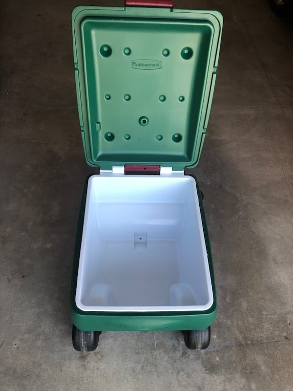 Rubbermaid Green 4 Wheeled Very Large Pull Handle Cooler 16ff28d4-545e-444a-a13d-58a5b70d044c