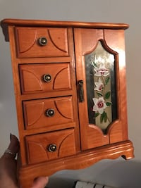 Jewelry box in excellent condition North Vancouver, V7K 2H4