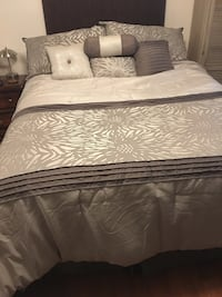 Queen size reversible comforter with 6 pillows