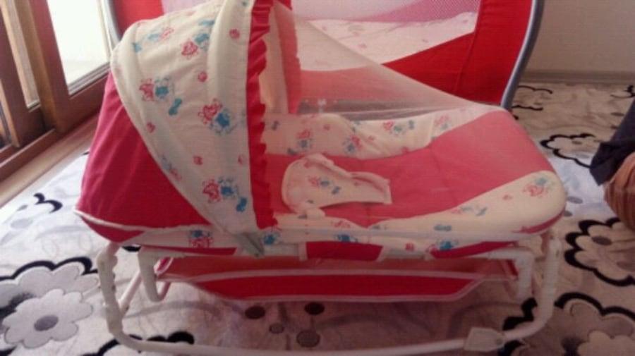 beyaz ve pembe bassinet arabası 71f5d2c7-c03e-46e9-86db-30be1f9597cc